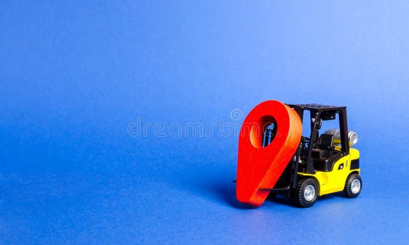 黄色铲车运载红色地点尖 运输服务和后勤管理在生产仓库里 免版税库存照片