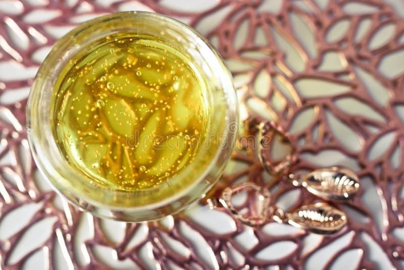 黄色面膜接近的看法象果冻的在一个玻璃瓶子 库存图片