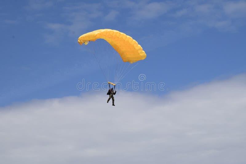 黄色飞将军人享受他的第一班飞行 库存图片