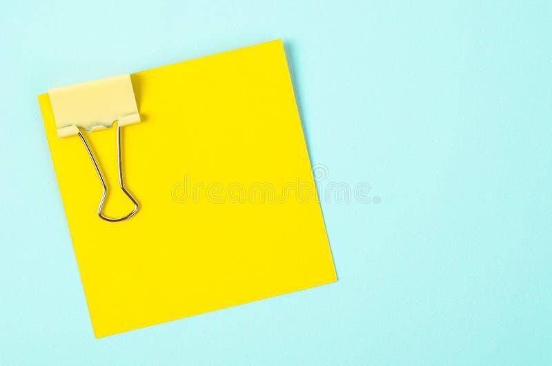 黄色黏合剂夹子和黄色稠粘的笔记 免版税图库摄影