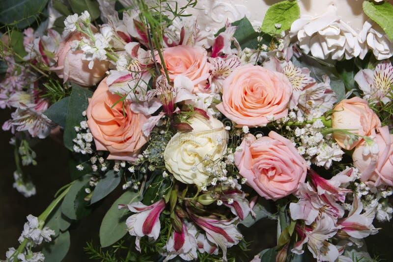 黄色,桃红色和珊瑚玫瑰花束特写镜头  免版税库存图片