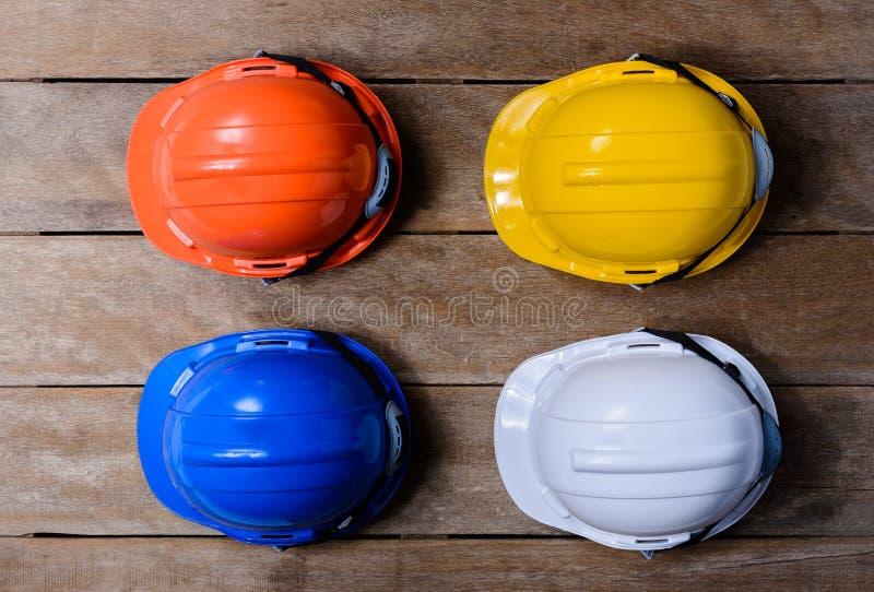 黄色,橙色,白色和蓝色防护安全帽 免版税库存图片