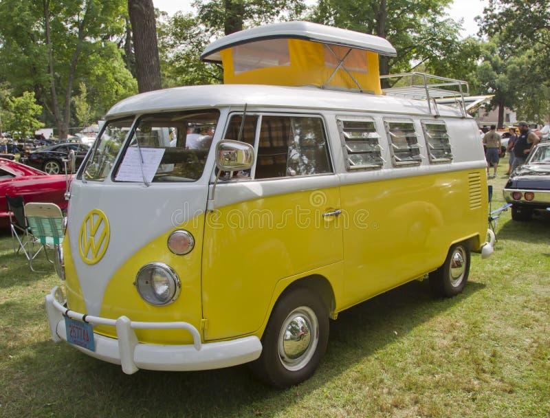 黄色&白色1966 VW野营车侧视图 库存照片