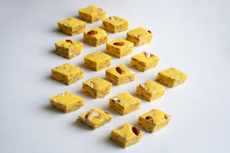 黄色halva片断立方体样式 免版税库存照片