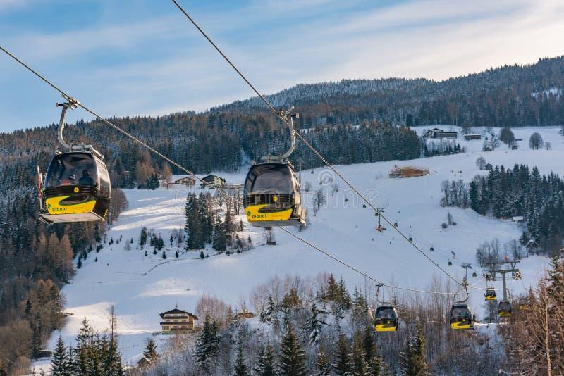 黄色Planai西部的电车、长平底船在Planai & Hochwurzen -施拉德明Dachstein,施蒂里亚,奥地利的滑雪的心脏 免版税库存图片