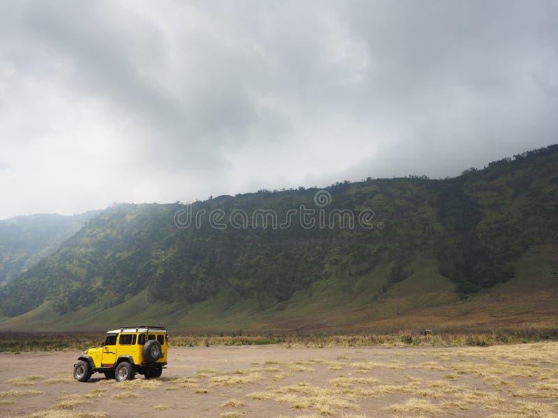 黄色roading在大草原bromo vacano 库存照片
