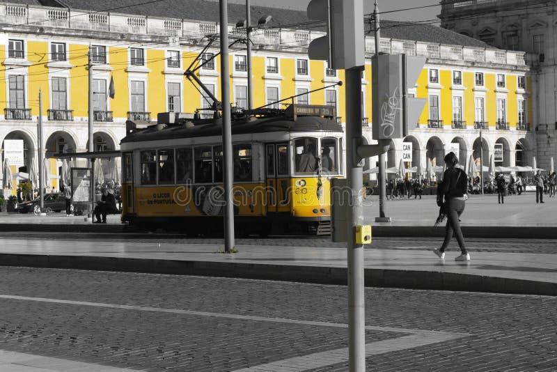 黄色tram&building里斯本 免版税库存照片