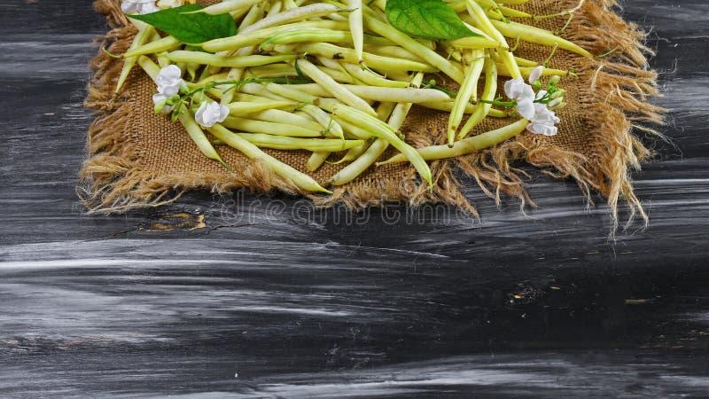 黄豆在老布料,食物特写镜头,文本的拷贝空间驱散了 网站横幅海报模板 素食主义者Supefoods 库存图片