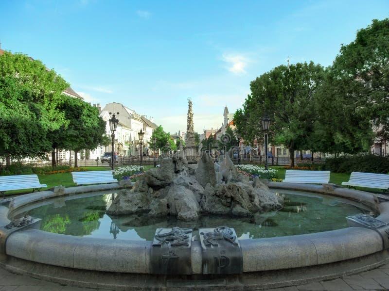 黄道带反对玛丽亚和三位一体专栏的背景的标志喷泉水池在科希策 免版税库存照片