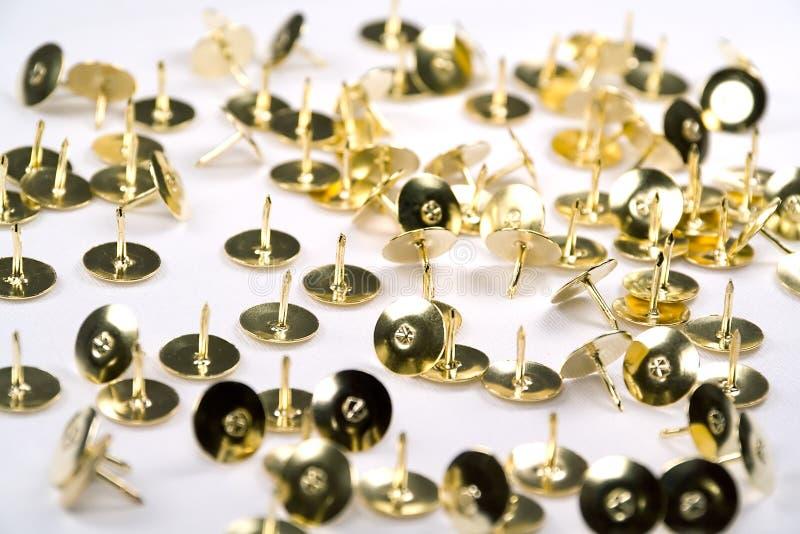 黄铜查出的大头钉 免版税库存图片