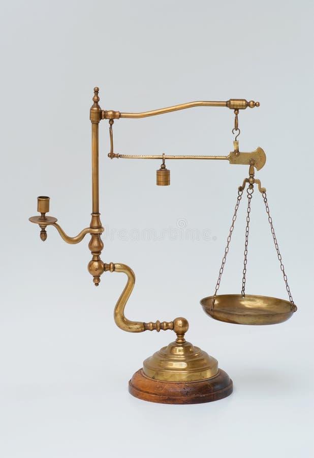 黄铜烛台缩放比例葡萄酒重量 库存照片