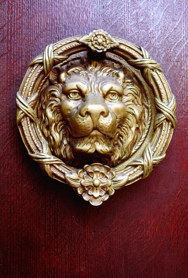 黄铜狮子头通道门环 免版税库存照片
