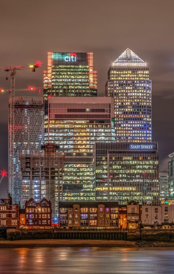 黄雀色港区伦敦晚上码头 免版税库存图片