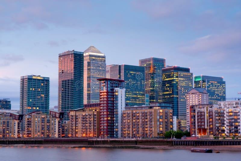 黄雀色黄昏伦敦河泰晤士视图码头 免版税库存照片