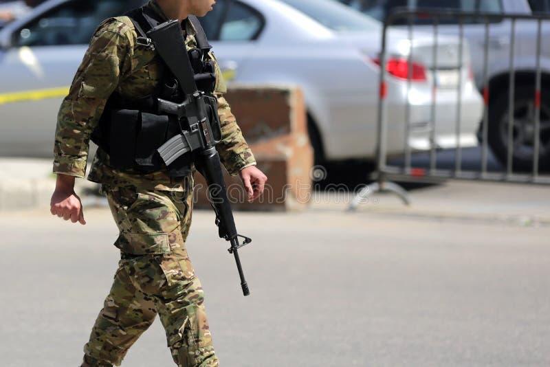 黎巴嫩士兵巡逻贝鲁特街道 库存图片
