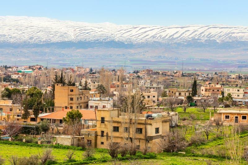 黎巴嫩房子在有雪盖帽山的贝卡谷地在背景,巴尔贝克,黎巴嫩中 免版税库存图片