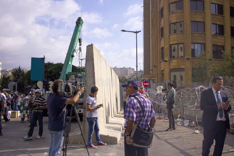 黎巴嫩抗议 人们修建混凝土,并且导线护拦在抗议去反对 免版税库存图片