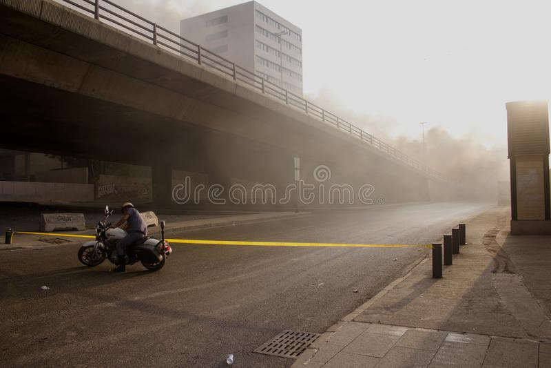 黎巴嫩抗议 人们在贝鲁特中部是灼烧的垃圾和轮胎作为抗议贝鲁特, 免版税图库摄影