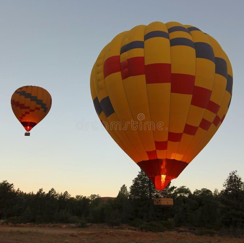 黎明前双热空气气球离地升空 免版税库存图片