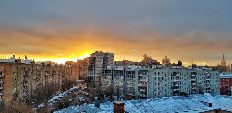 黎明在房子的莫斯科和在高层窗口和摩天大楼反映的美好的城市日出在一个冷淡的冬天 免版税库存照片