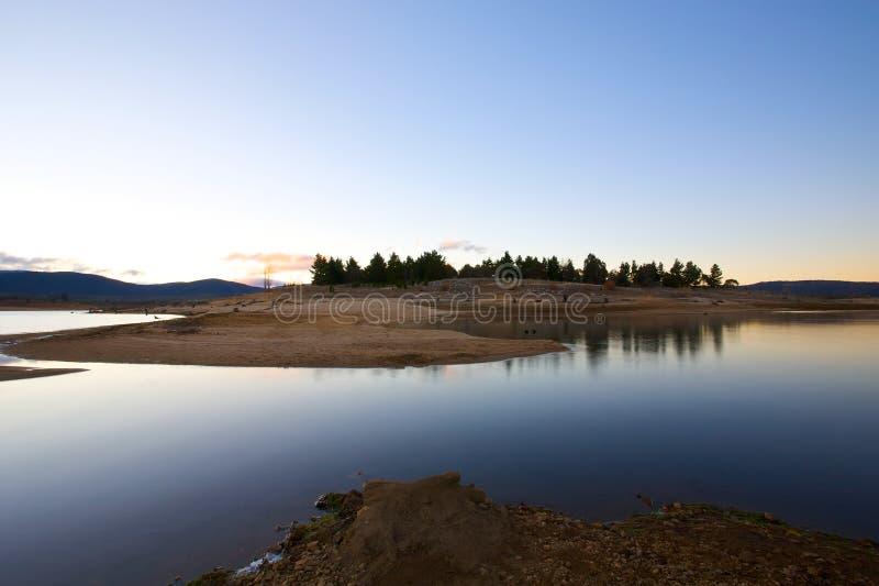 黎明湖边横向 库存图片
