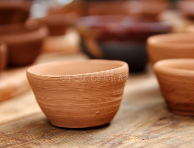 黏土制作瓦器工作室表传统木头 免版税库存照片