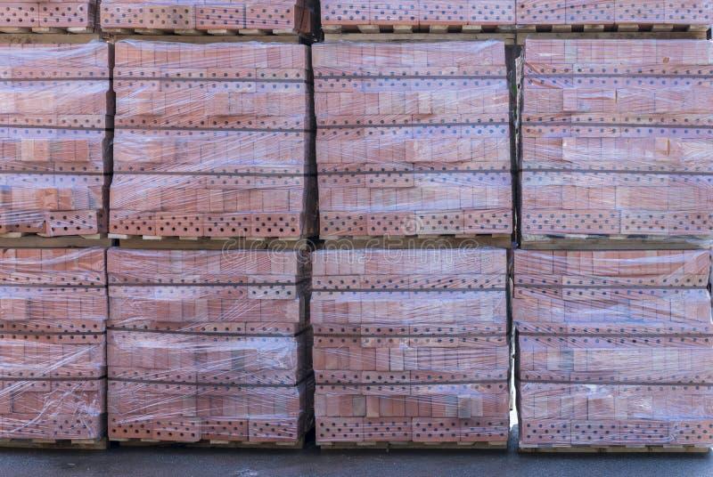 黏土在存贮围场的砖的板台 有砖的板台在大厦商店 有砖的机架 石工,石制品 免版税库存照片
