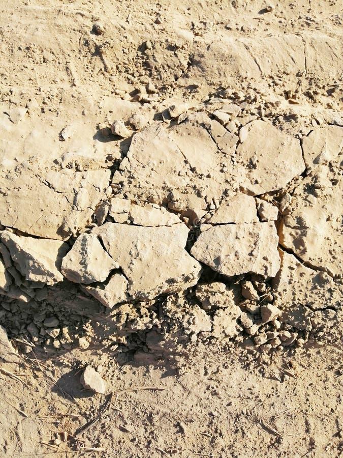 黏土干燥路的纹理有镇压的 图库摄影