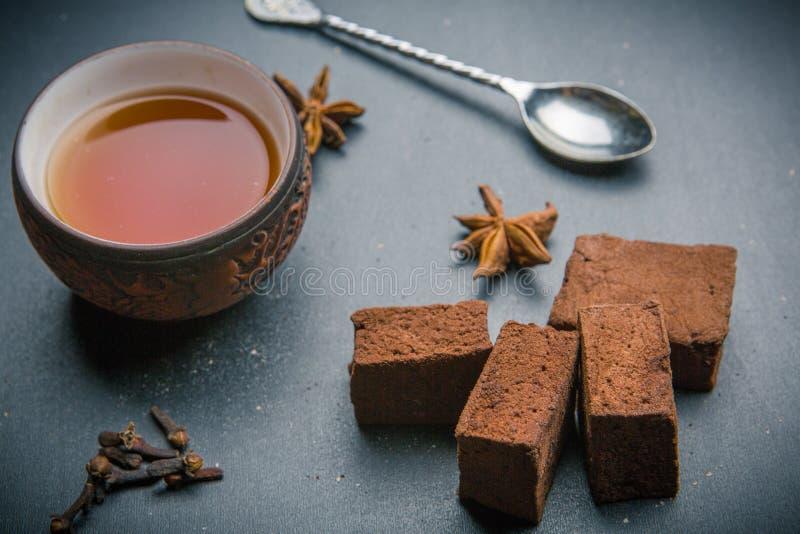 黏土杯子与茴香星的红茶 免版税库存图片