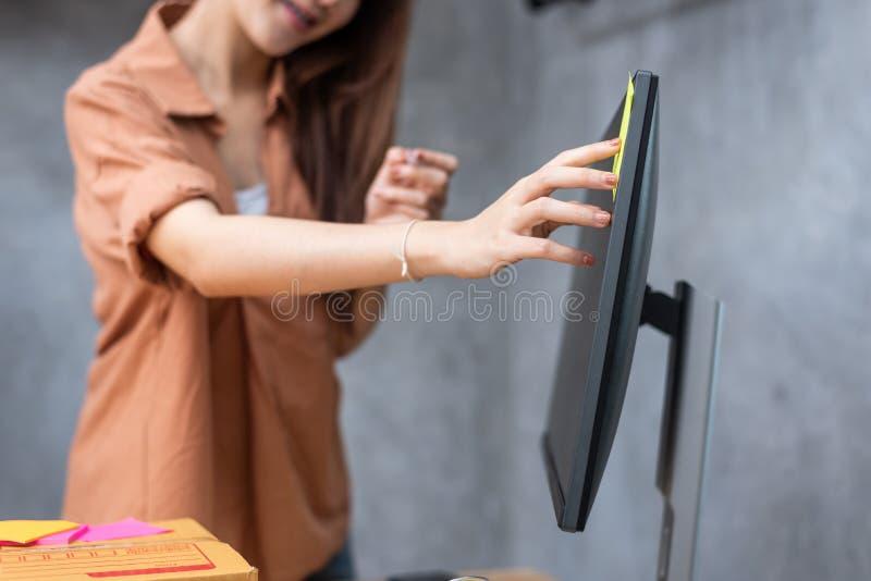 黏附命令名单备忘录的女商人在提醒的显示器能送小包到顾客 事务和服务 库存照片