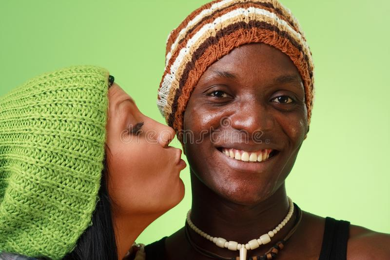黑人亲吻人白人妇女 库存照片