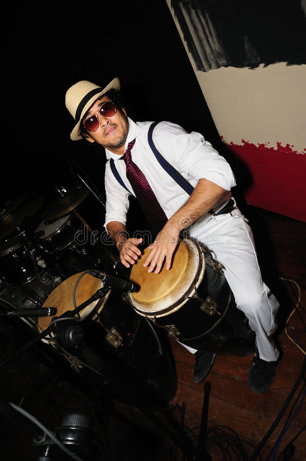 黑人古巴打击乐演奏者 库存照片