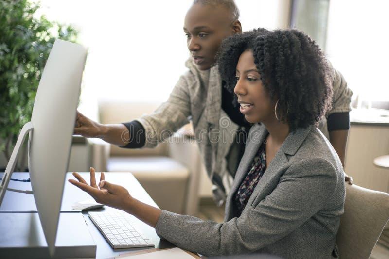 黑人女性女实业家工友或工作培训 免版税图库摄影
