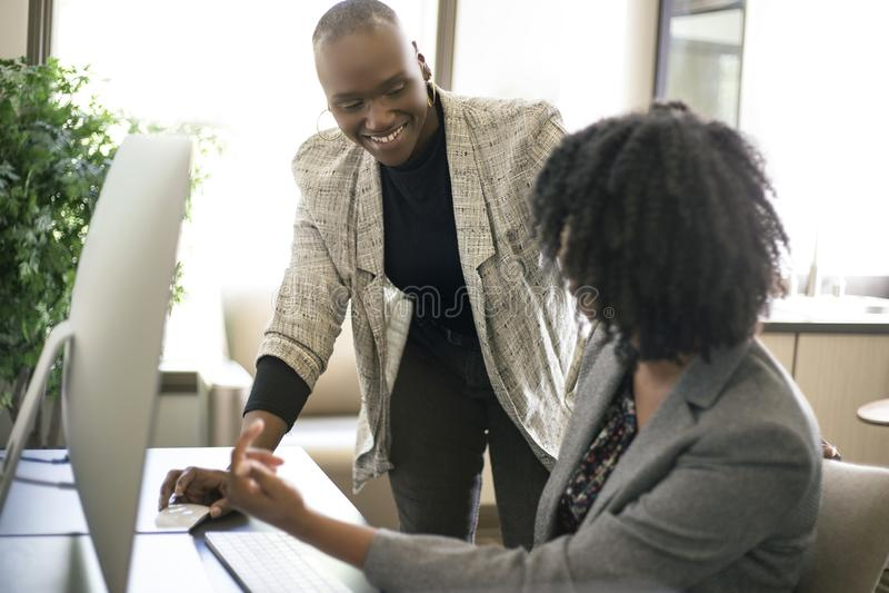 黑人女性女实业家工友或工作培训 免版税库存图片