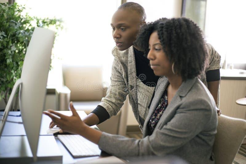 黑人女性女实业家工友或工作培训 图库摄影