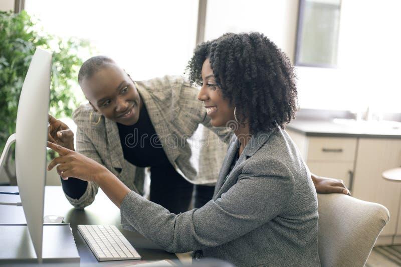 黑人女性女实业家工友或工作培训 库存照片