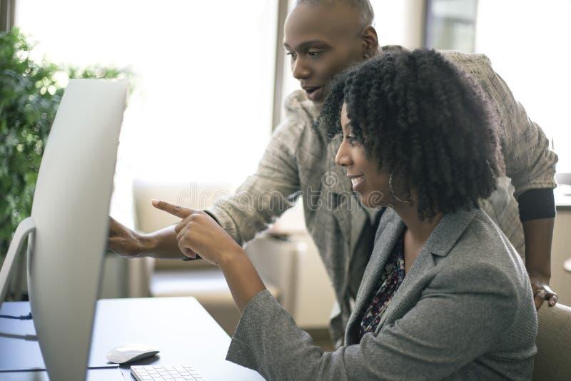 黑人女性女实业家工友或工作培训 免版税库存照片