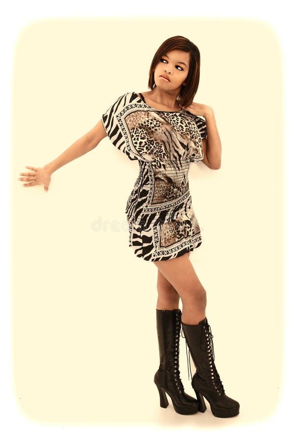 黑人妇女礼服和膝盖高的靴子 库存图片