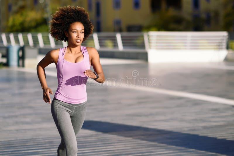 非洲美女陆逼网战_黑人妇女,非洲的发型,跑户外在都市路.