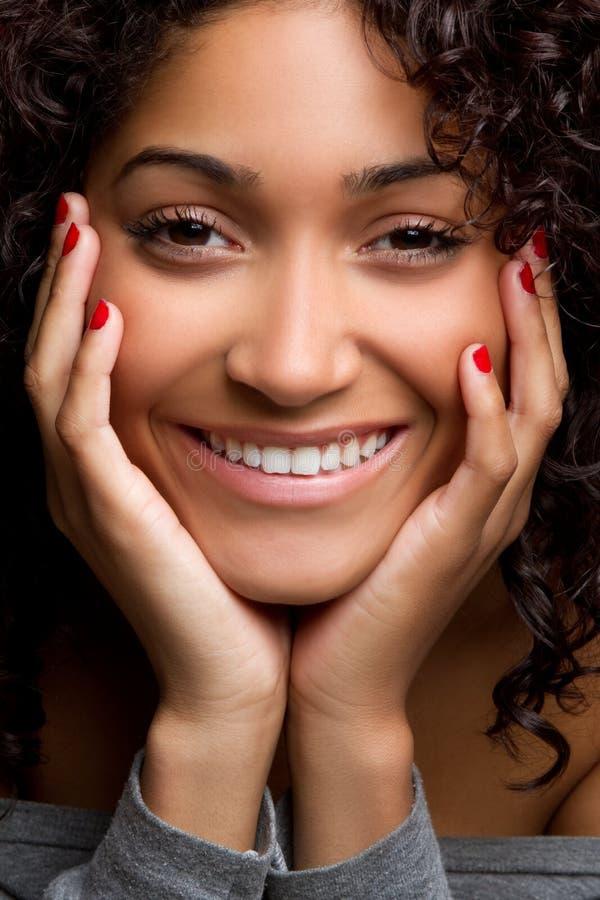黑人微笑的妇女 免版税库存照片