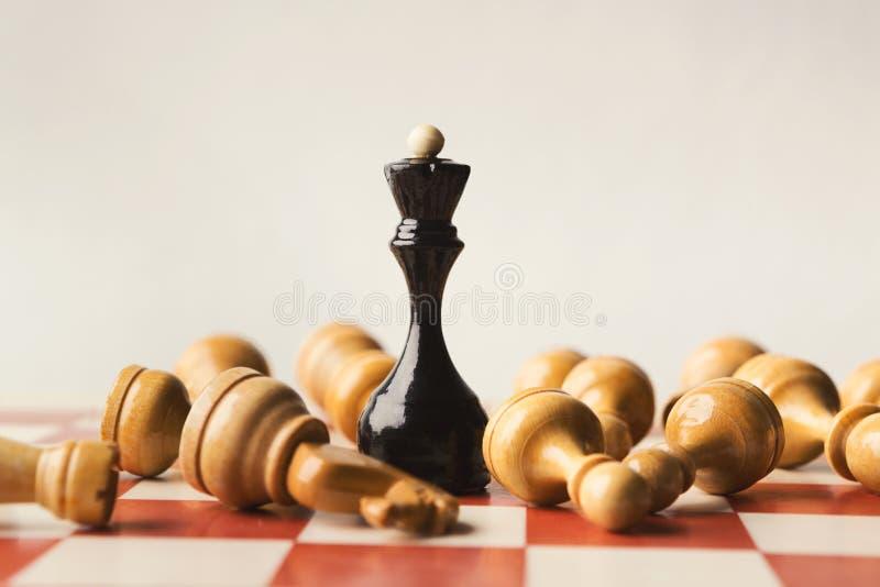 黑人棋女王/王后打在棋枰的白色 图库摄影