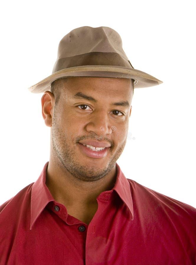 黑人棕色帽子人红色衬衣微笑 图库摄影