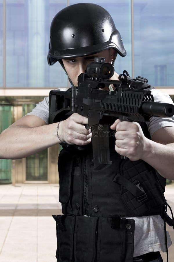 黑人武装的警察 免版税库存照片