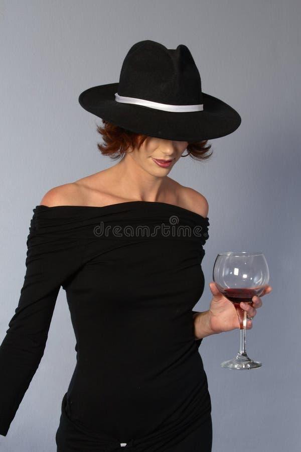 黑人礼服帽子黑手党酒妇女 免版税库存图片