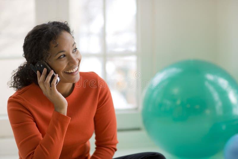黑人移动电话妇女 免版税库存图片