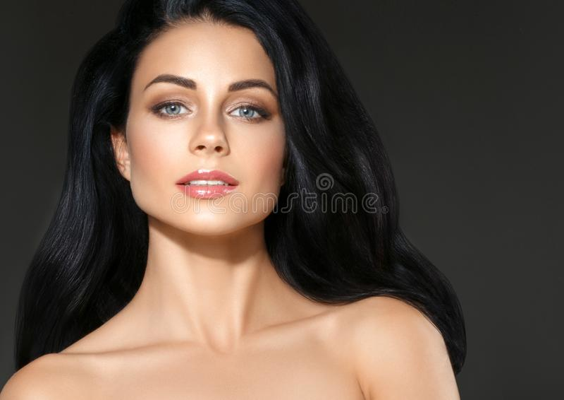 黑发妇女 美丽的深色的发型时尚画象 库存图片