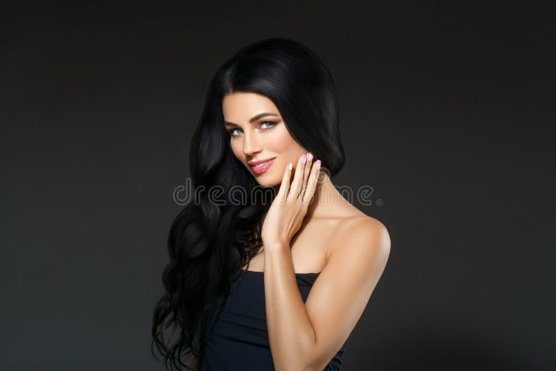 黑发秀丽妇女美丽的画象 发型卷曲hai 免版税库存照片