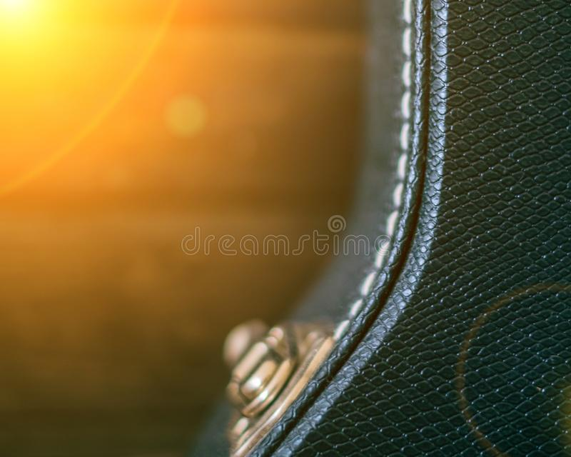 黑吉他盒有木背景 复制与太阳光光晕的空间 定调子 库存照片