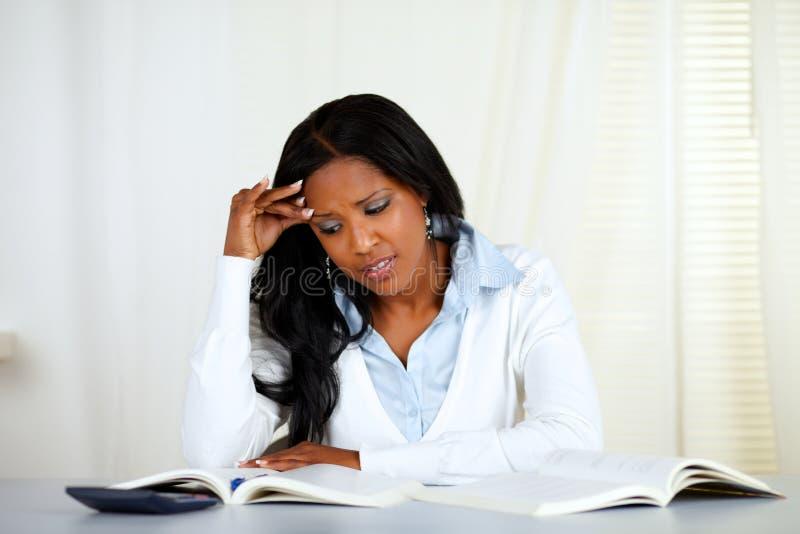 黑名册读取强调的妇女年轻人 免版税库存图片