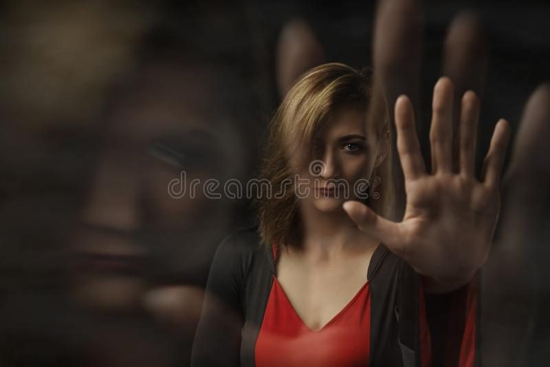 黑和红色礼服的美丽的通灵女孩巫婆在黑背景 免版税图库摄影